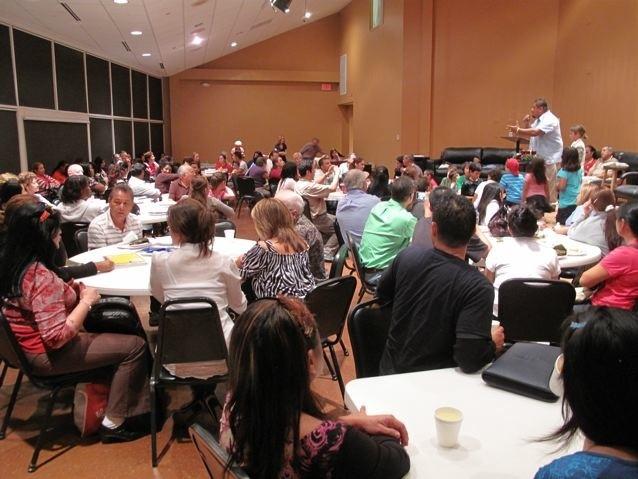 Predicando el evangelio durante un evento de ESL (English as a Second Language, por sus siglas en ingles)